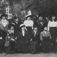 Foto di gruppo dell'Associazione Femminile Senese in occasione del Cinquantenario. Imperiera Serpieri (al quarto posto da destra), Maria Masi Prunai, vicepresidente (al terzo posto da destra).