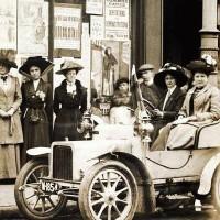 Eleanor Rathbone (terza da sinistra) davanti alla sede delle suffraggette, 1910, Liverpool