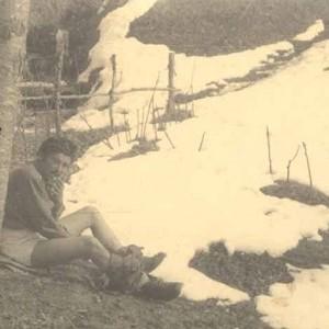 La partigiana Noris Guizzo, Carmen, si scalda al sole a Chies d'Alpago nel marzo del 1945.