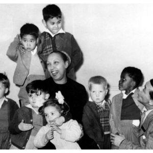 Josephin Baker con i suoi 11 figli adottivi: la sua
