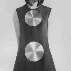 Germana Marucelli, Abito da cocktail Linea Alluminio, motivi decorativi a scudo ideati in collaborazione con Getulio Alviani, autunno/inverno 1968/69. © Fotografia A.I.S., Archivio Germana Marucelli.