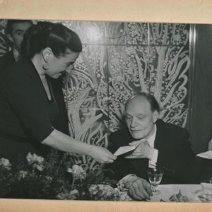 Germana Marucelli proclama Giuseppe Ungaretti vincitore della, prima edizione del premio San Babila, 1948. © Fotografia Publifoto, Archivio Germana Marucelli