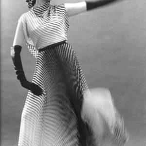 Germana Marucelli, abito da sera Linea Optical, motivi decorativi a stampa ideati in collaborazione con Getulio Alviani, primavera/estate 1965. © Fotografia Antonio Cesano, Archivio Germana Marucelli.