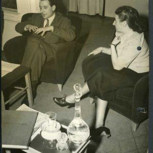"""Ettore Sottsass e Germana Marucelli durante un """"Giovedì di Germana Marucelli"""", Milano, 1949.© Fotografia Patellani. Archivio Germana Marucelli"""